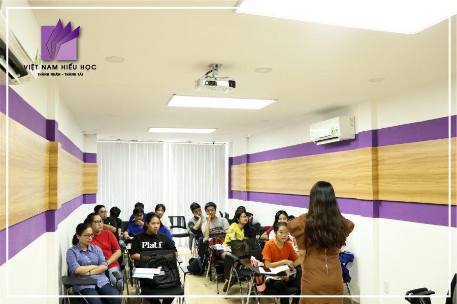 Đại sứ Việt Nam Hiếu Học - Diệp Phương Chi chia sẻ kinh nghiệm với các em học sinh