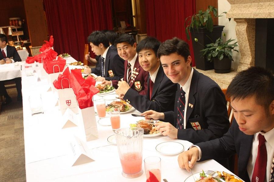 Ở dorm, học sinh được cung cấp thức ăn ngon