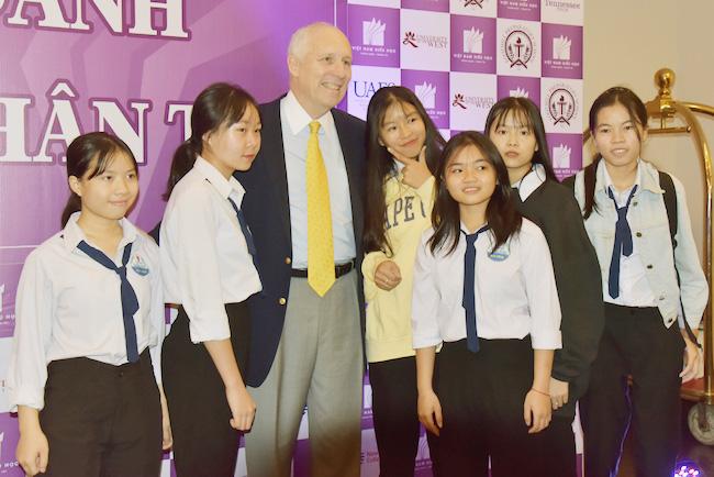 Ông Barry Clark – Cố vấn tuyển sinh quốc tế, Trường đại học Rogers State Universitychụp ảnh lưu niệm cùng các em học sinh.