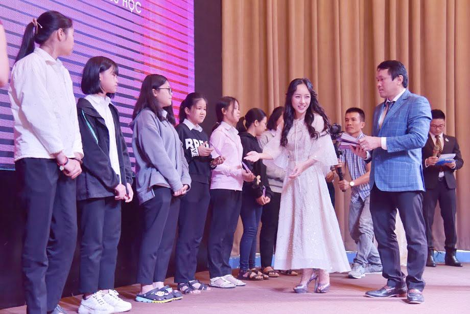 Các học sinh sinh viên nhận học bổng tại buổi lễ