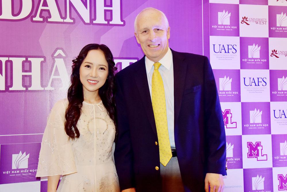 Angel Trần – Chủ tịch Hội đồng Quản trị Tập đoàn – Và ông Barry Clark – Cố vấn tuyển sinh quốc tế, Trường đại học Rogers State University