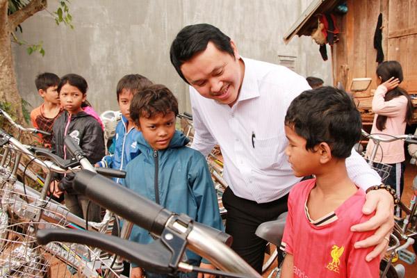Đại diện Quỹ Nhân đạo Việt Nam hiếu học trao tặng xe đạp và hỏi thăm tình hình học tập của học sinh nghèo vượt khó xã Cư Êbur, TP. Buôn Ma Thuột