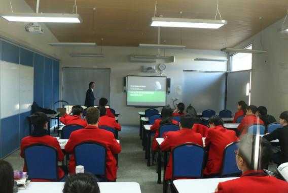 Thầy cô và học sinh trong lớp học tại trường Quốc tế Kilmore