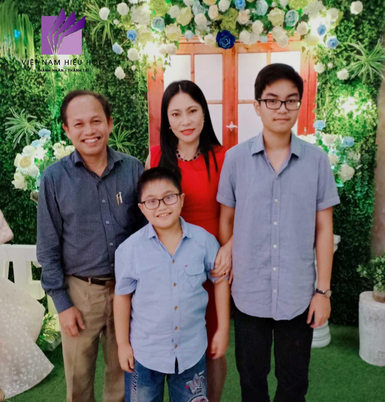 Học sinh Phạm Minh Dũng và gia đình