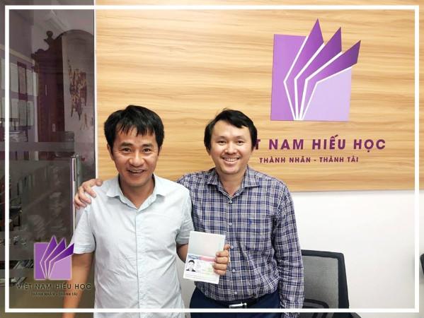 Bố Hào rất vui mừng khi nhận được visa du học của con