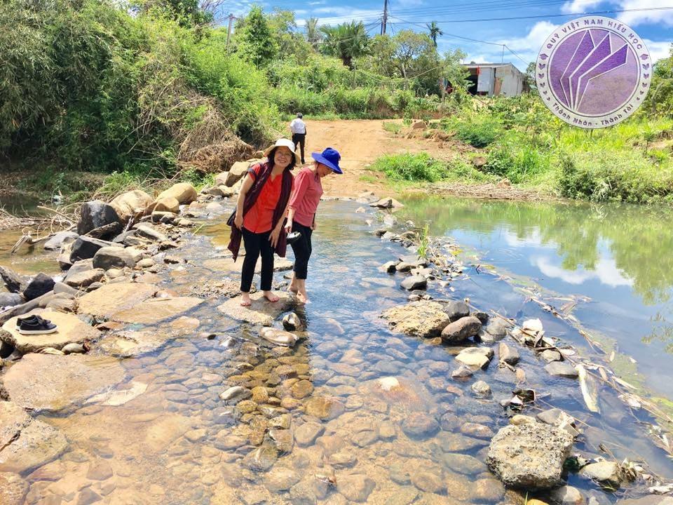 (Ảnh thực tế) Quỹ Việt Nam Hiếu Học trực tiếp đi khảo sát các địa điểm nông thôn khó khăn