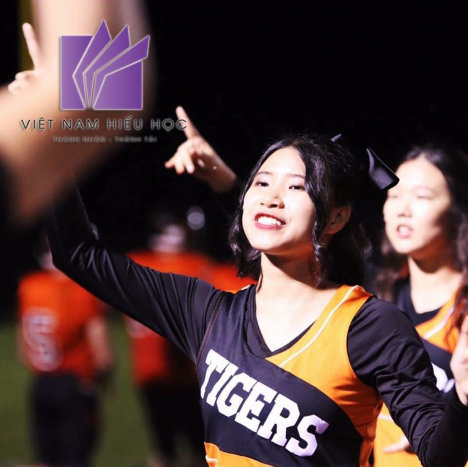 Phương Chi tham gia câu lạc bộ Tennis và Cheerleading của trường