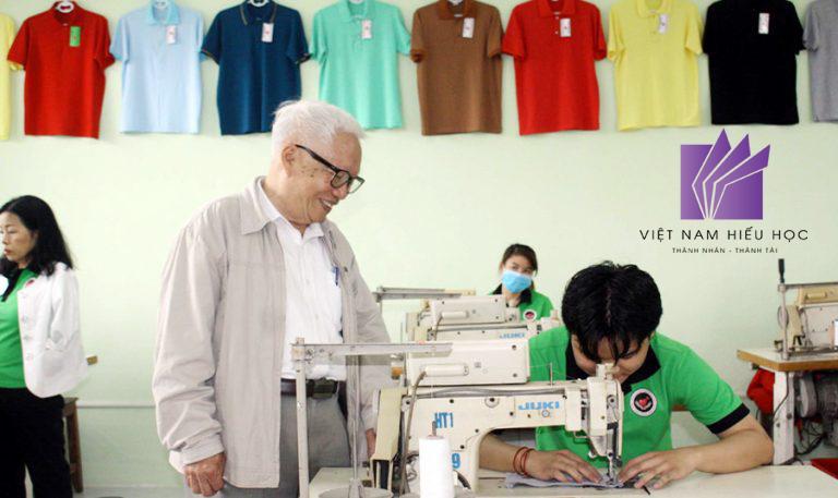 Ông Nguyễn Hoàng Long - Chủ tịch Hội NKT và TEMC TP Đà Nẵng kiểm tra cơ sở may dành cho NKT.