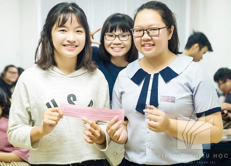 Thảo My cùng các bạn học sinh tại Việt Nam Hiếu Học