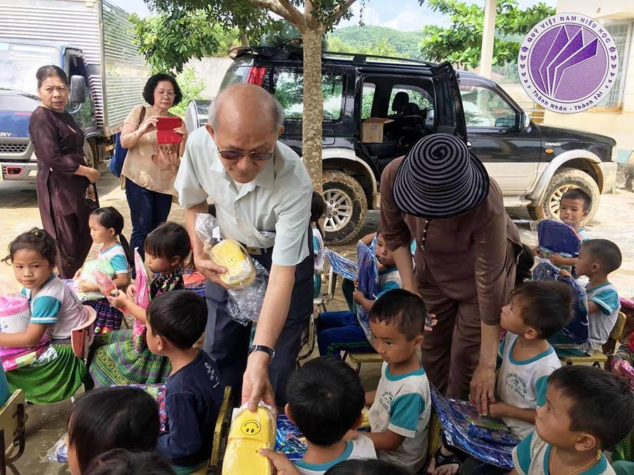Đại diện đoàn tặng quà tại điểm trường thôn 7, trường mẫu giáo Hoa Sim, xã Cư Króa, huyện M'Đrắk