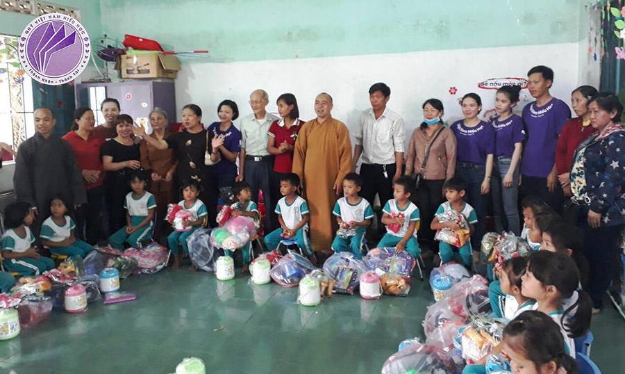 Tặng quà cho các em học sinh tại xã Ea Trang