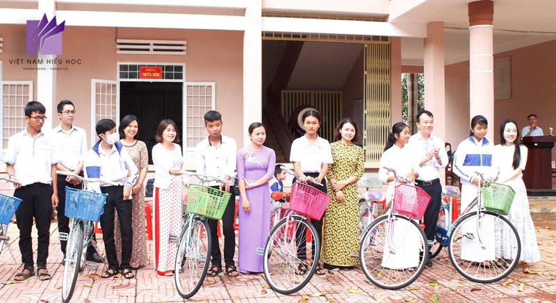 Đại diện nhà trường và nhà tài trợ trao xe đạp tặng các em học sinh.